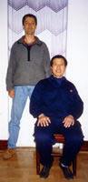 Mestre Adriano d'Avila em foto tradicional com seu mestre, o Grão-mestre Feng Yicun em março de 1999, na China.
